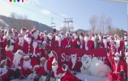 Hàng trăm ông già Noel trượt tuyết và lướt ván để gây quỹ từ thiện
