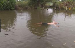 Bé trai có khả năng tự nổi trên mặt nước ở Bạc Liêu