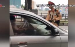 Nữ tài xế ô tô cố thủ, lái xe đẩy CSGT trên phố