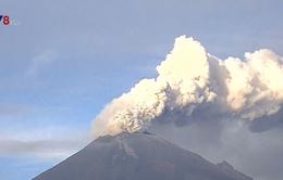 Mexico: Núi lửa Popocatepetl lại phun trào khói bụi cao tới 2km