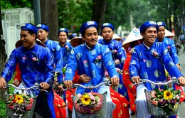 100 chú rể rước dâu bằng xe đạp ở TP.HCM nhân ngày Quốc khánh