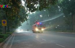 New Delhi phun nước giảm ô nhiễm khói bụi