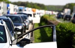 Thị trường ô tô tụt dốc dù giá xe giảm