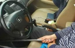 Lái ô tô bằng thanh sắt, một người Trung Quốc bị treo bằng