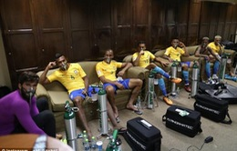 Toàn đội Brazil thở oxy sau trận đấu với ĐT Bolivia