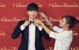Park Hae Jin hào hứng đo đạc để làm tượng sáp