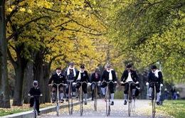 Hàng nghìn người tham gia lễ diễu hành xe đạp cổ tại Czech
