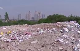 Đổ trộm phế thải vật liệu xây dựng giữa khu dân cư