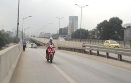 """Xử lý nghiêm việc xe máy, xe ba gác """"vô tư"""" đi đường trên cao ở Hà Nội"""
