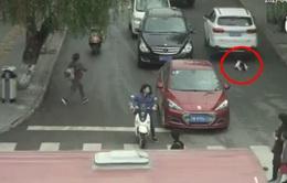 Bé gái Trung Quốc thoát chết kỳ diệu sau khi bị 2 ô tô đâm