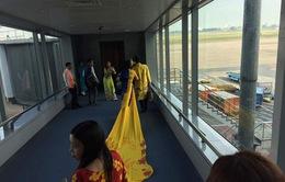 """Vợ MC Thanh Bạch diện áo dài """"khủng"""" lên máy bay"""