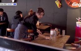 Suzy làm phục vụ bàn chăm chỉ lau dọn trong show thực tế