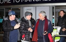 HLV Mourinho tặng gối cho CĐV