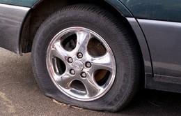 Cần làm gì khi xe ô tô bị nổ lốp?