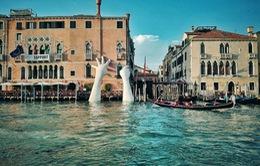 Bàn tay khổng lồ nhô lên từ dưới nước khiến du khách tò mò