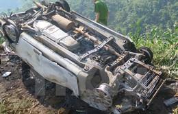 Nghệ An: Xe con mất lái đâm vào cột mốc, 3 người thương vong