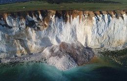 Du khách tắm biển hoảng hốt chứng kiến 50.000 tấn núi đá đổ sập
