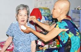 Rơi nước mắt người phụ nữ mắc bệnh ung thư nuôi mẹ đa bệnh tật