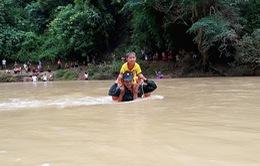 Bộ đội biên phòng kiệu trẻ em băng suối sâu đến trường