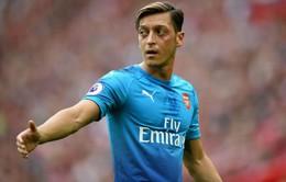 Mesut Ozil phản pháo các huyền thoại, bóng gió trách Wenger