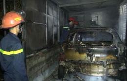 Lửa cháy bao trùm gara, một ô tô bị thiêu rụi