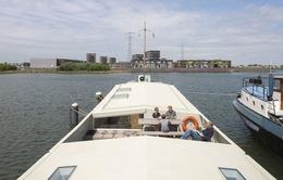 Tàu chở hàng hỏng biến thành ngôi nhà nổi hiện đại, tiện nghi
