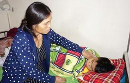 Mẹ bỏ đi biệt tích, cậu bé mồ côi cha chống chọi với bệnh viêm cầu thận cấp