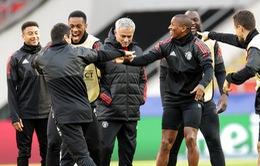Cầu thủ Man Utd cười đùa thoải mái trên sân tập ở Moscow
