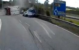Anh: Đang lưu thông, xe tải bất ngờ đổ đè nát xe hơi đi bên cạnh