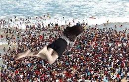 Nhờ photoshop từ giường ra bờ biển, cô gái nhận 1 tá ảnh cười không ngậm được miệng....