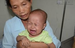 Tiếng khóc xé lòng của bé 11 tháng tuổi mắc ung thư máu cấp lai tủy