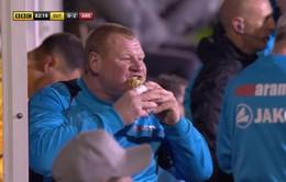 Choáng với chàng thủ môn ăn bánh trong trận, đi bar giữa hiệp ở trận Arsenal