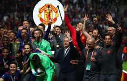 Vì sao các cầu thủ Man Utd giơ 3 ngón tay ăn mừng chức vô địch?