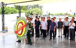 Phó Thủ tướng Trịnh Đình Dũng viếng liệt sỹ tại Quảng Trị