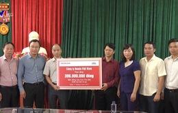 Ủy ban ATGT Quốc gia tặng quà người dân vùng lũ Mù Cang Chải