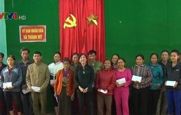 Hội người Việt Nam tại Pháp trao quà cho người dân vùng lũ Thanh Hóa