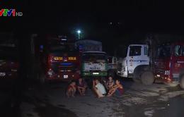 Quốc lộ 6 ngập sâu trong nước, hàng trăm xe tải mắc kẹt