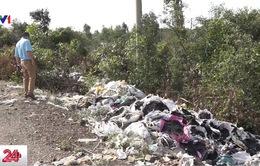 Long An: Hàng trăm tấn rác thải công nghiệp đổ tràn lan ra đường