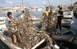 """""""Núi rác"""" Lebanon bị đổ xuống biển Địa Trung Hải"""