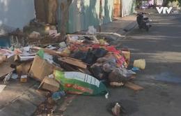 Người dân dọn nhà đón Tết, rác đổ đầy đường