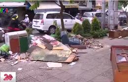 Rác thải xây dựng đổ tràn trên đường phố TP.HCM