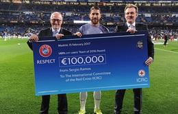 Sergio Ramos tặng quà cho hội Chữ Thập Đỏ quốc tế