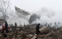 Quang cảnh tan hoang ở ngôi làng bị máy bay rơi trúng