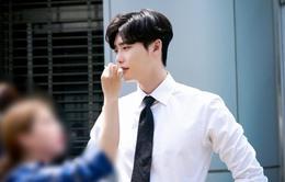 """""""Khi nàng say giấc"""" tiếp tục đánh gục fan bằng loạt ảnh đẹp long lanh của Lee Jong Suk"""