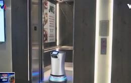 """Thú vị """"nhân viên"""" robot giao đồ tại khách sạn"""