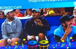 Roger Federer đánh trống trên khán đài cổ vũ đồng đội