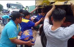 Bình Dương: Xe tải sụp ổ voi, hàng chục thùng bia đổ xuống đường