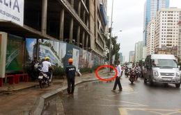 Hà Nội: Rơi thanh sắt từ công trình xây dựng