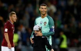 """Ronaldo chào đón cặp song sinh """"có nếp có tẻ"""""""