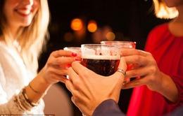Nữ giới uống nhiều rượu có thể bị tê liệt não bộ